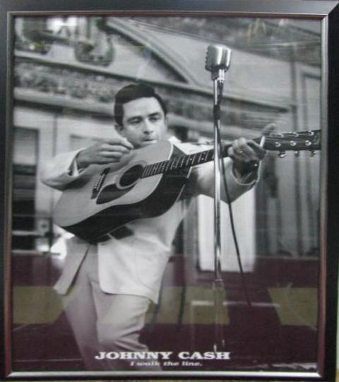 johny-cash-guitar-standing-003